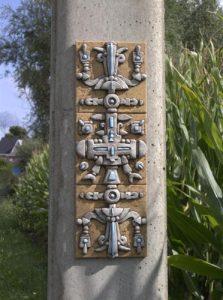 Vreemde symbolen aan electriciteitspaal in Gavere